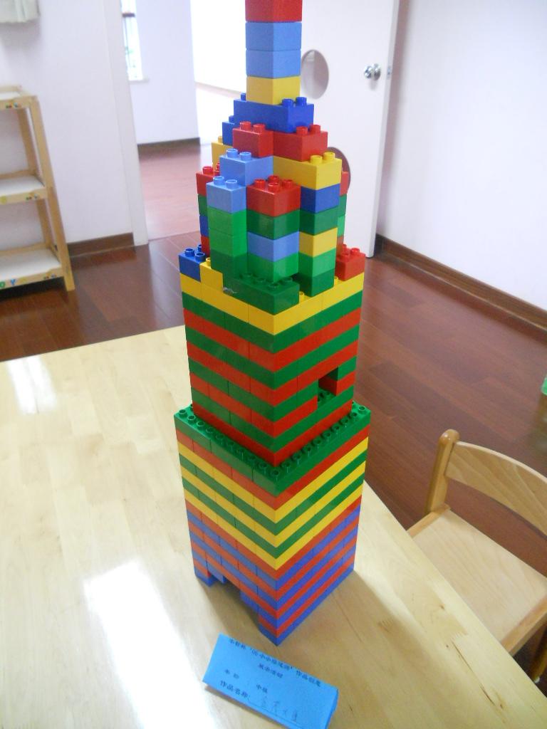 很多漂亮房子的建筑设计师,所以今天我就用乐高积木搭建一幢金茂大厦